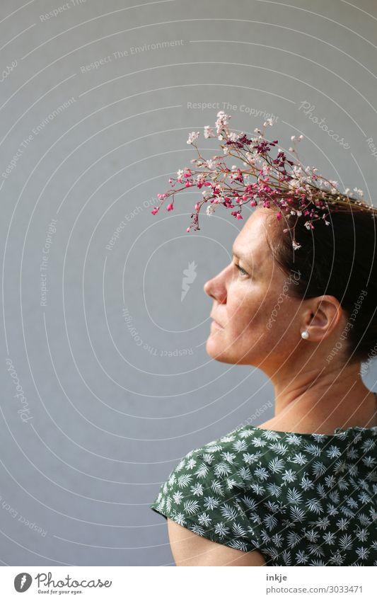 mit fremden Blumen geschmückt Stil schön Frau Erwachsene Leben Gesicht 1 Mensch 18-30 Jahre Jugendliche 30-45 Jahre Kleid Sommerkleid Bluse Accessoire