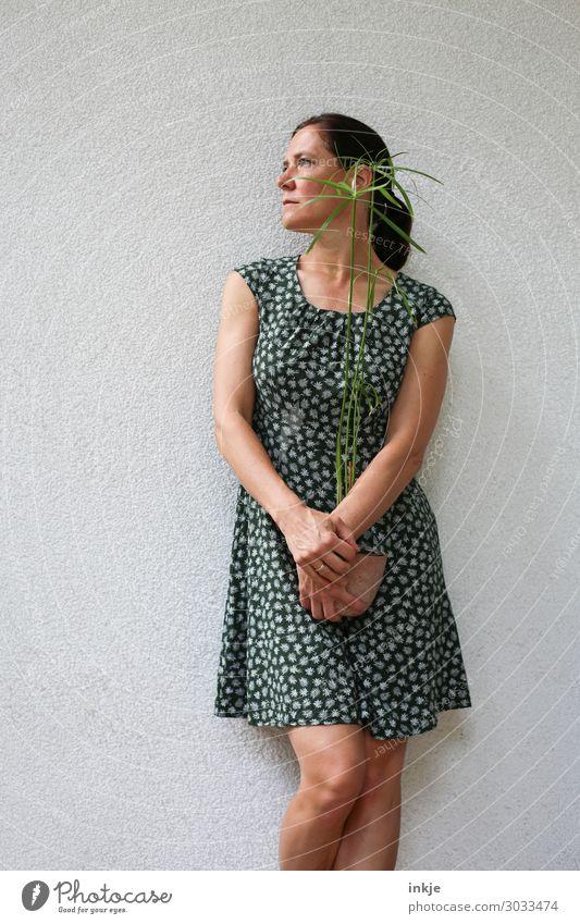 Frau Mitte 40 mit jungem Papyrus Mensch Jugendliche Pflanze grün 18-30 Jahre Lifestyle Erwachsene Leben Stil Freizeit & Hobby Körper Wachstum stehen authentisch
