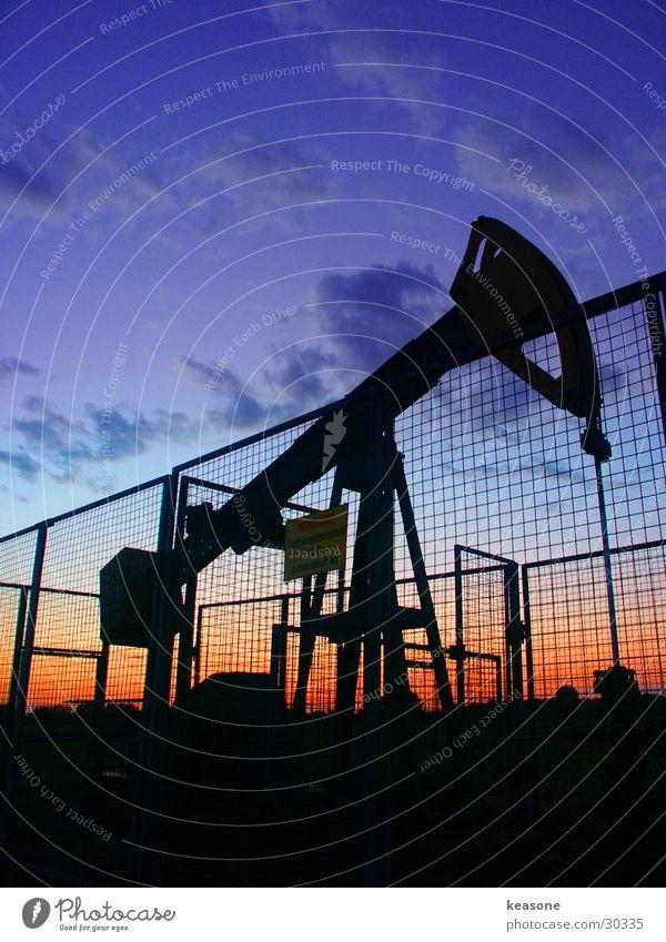 pump it up Himmel rot schwarz dreckig Industrie Erdöl Zaun Draht Linse intensiv Pumpe