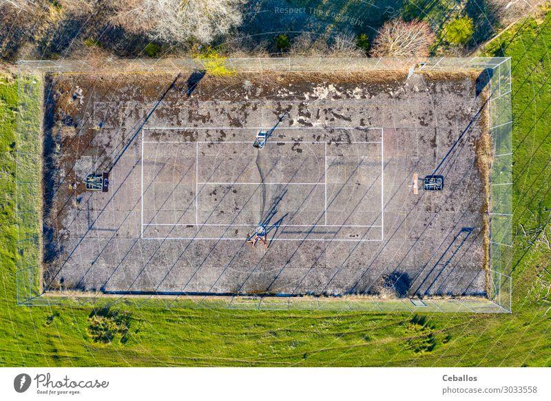 Verlassener Tennisplatz auf dem Land Lifestyle Leben Erholung Freizeit & Hobby Spielen Sport Landschaft Fluggerät dreckig oben Gehäuse Aktion Maschinenbau