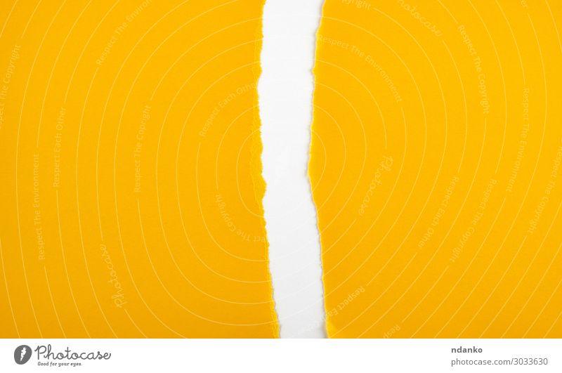 in halb leeres gelbes Blatt gerissenes Papier Design Büro Business weiß Farbe Prospekt Entwurf Transparente Hintergrund blanko Postkarte Kopie Schaden Tagebuch