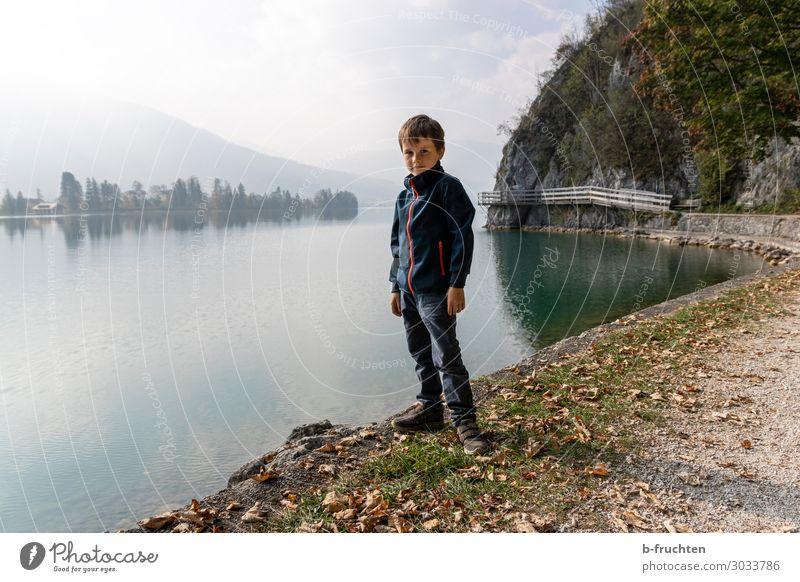 Allein am See Kind 1 Mensch 3-8 Jahre Kindheit Umwelt Natur Wolken Herbst Nebel Alpen Berge u. Gebirge Seeufer Erholung gehen stehen wandern warten