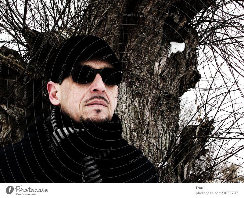 Baum Mann Erwachsene Gesicht 1 Mensch 45-60 Jahre Winter Ostsee Mantel Brille Hut Mütze Bart beobachten stehen außergewöhnlich einzigartig schwarz Willensstärke