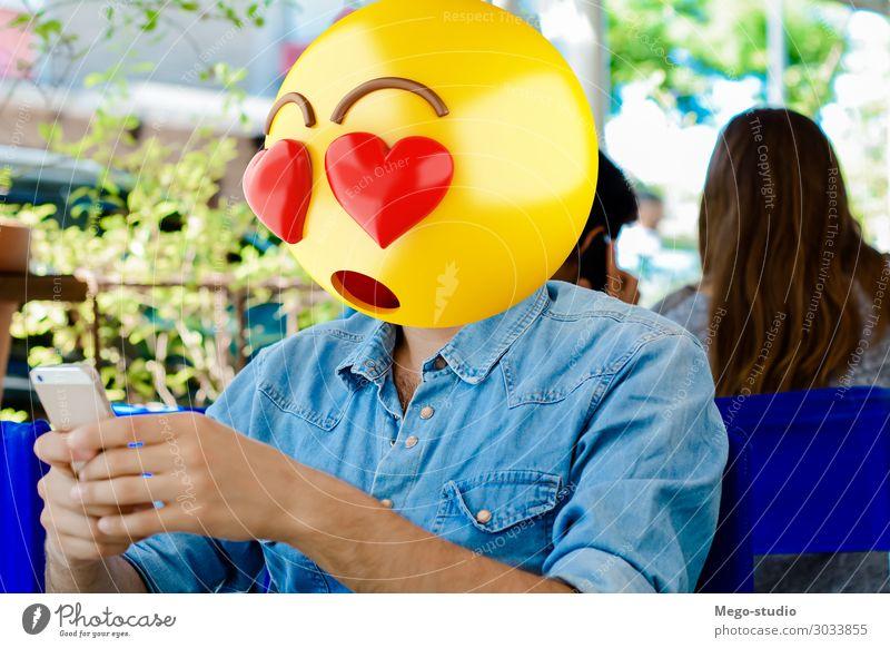 Emoji Kopf Mann Lifestyle Stil Glück Business sprechen Telefon PDA Technik & Technologie Internet Mensch Junge Erwachsene Lächeln sitzen stehen Telefongespräch