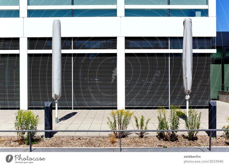 Anonymer Neubau Sommer Haus Fenster Wärme Textfreiraum Büro leer geschlossen Beton ausdruckslos Sonnenschirm Wetterschutz Schaufenster neutral Jalousie