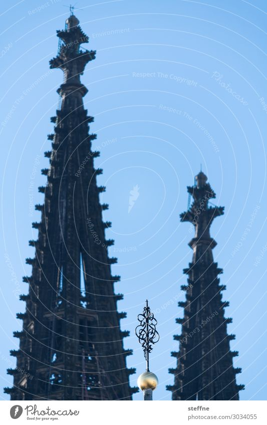 Around the World: Köln Wolkenloser Himmel Schönes Wetter Kirche Dom Sehenswürdigkeit Wahrzeichen Religion & Glaube Kölner Dom Turmspitze Gotik Farbfoto