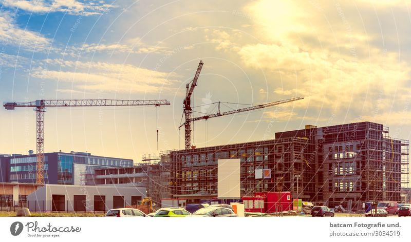 Baustelle Gewerbebau Bürogebäude Sonne Gegenlicht blau Stadt weiß rot Haus Architektur gelb Business Gebäude orange braun Fassade grau Arbeit & Erwerbstätigkeit