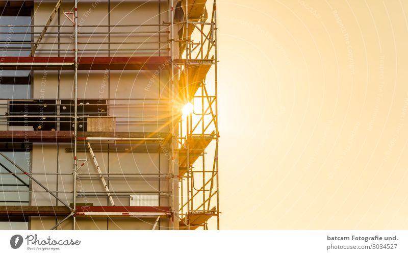 Baugerüst Hochbau Gewerbebau Wohnungsbau mit Sonnenstrahlen Häusliches Leben Haus Hausbau Renovieren Arbeit & Erwerbstätigkeit Handwerker Arbeitsplatz Baustelle