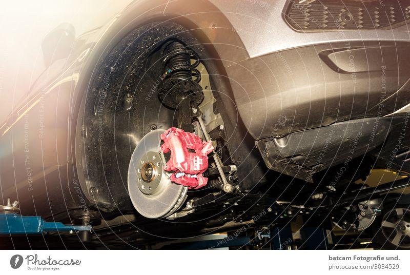 Bremse PKW in einer Werkstatt auf Hebebühne Arbeit & Erwerbstätigkeit Beruf Handwerker Arbeitsplatz Dienstleistungsgewerbe Verkehr Personenverkehr Autofahren