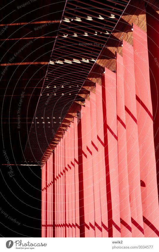 Verkopft Vorhang Lamellenjalousie leuchten rot gedreht leuchtende Farben Farbfoto Innenaufnahme abstrakt Muster Strukturen & Formen Menschenleer