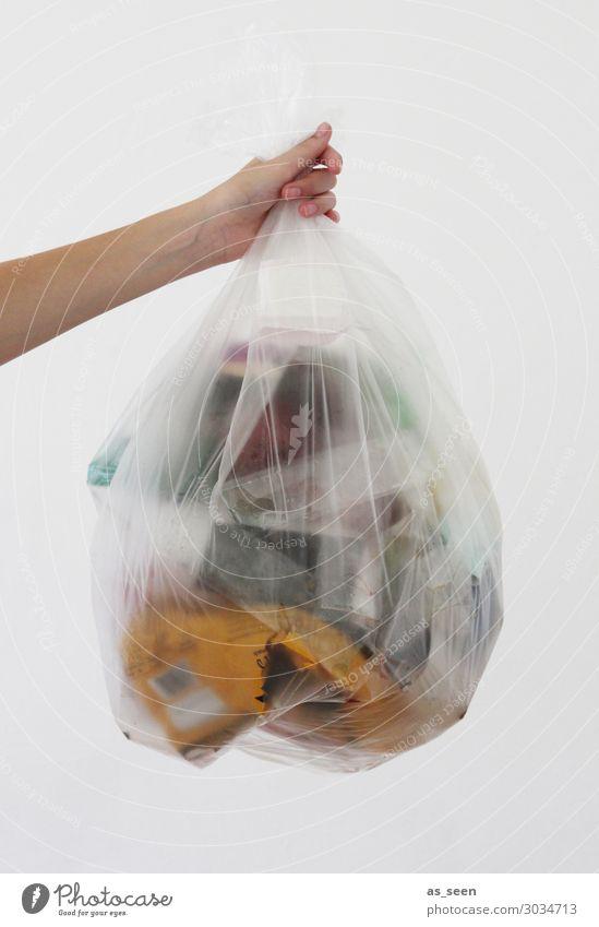 Wegwerfgesellschaft Arme Hand Finger Umwelt Klima Klimawandel Verpackung Kunststoffverpackung Sack Erdöl Müllbehälter festhalten authentisch gelb grau ignorant