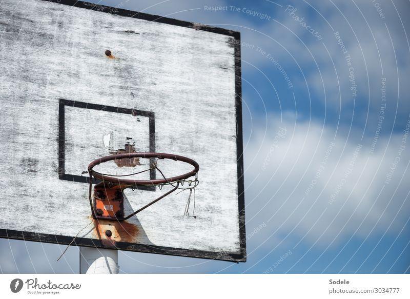Unten durch alt blau weiß Sport Spielen Freizeit & Hobby retro dreckig trist authentisch Vergänglichkeit kaputt Sommerurlaub Verfall trashig hässlich