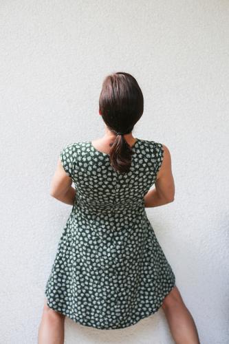 Wir können auch anders Lifestyle Junge Frau Jugendliche Erwachsene Leben Körper Rücken 1 Mensch 18-30 Jahre 30-45 Jahre Sommer Mauer Wand Kleid Sommerkleid