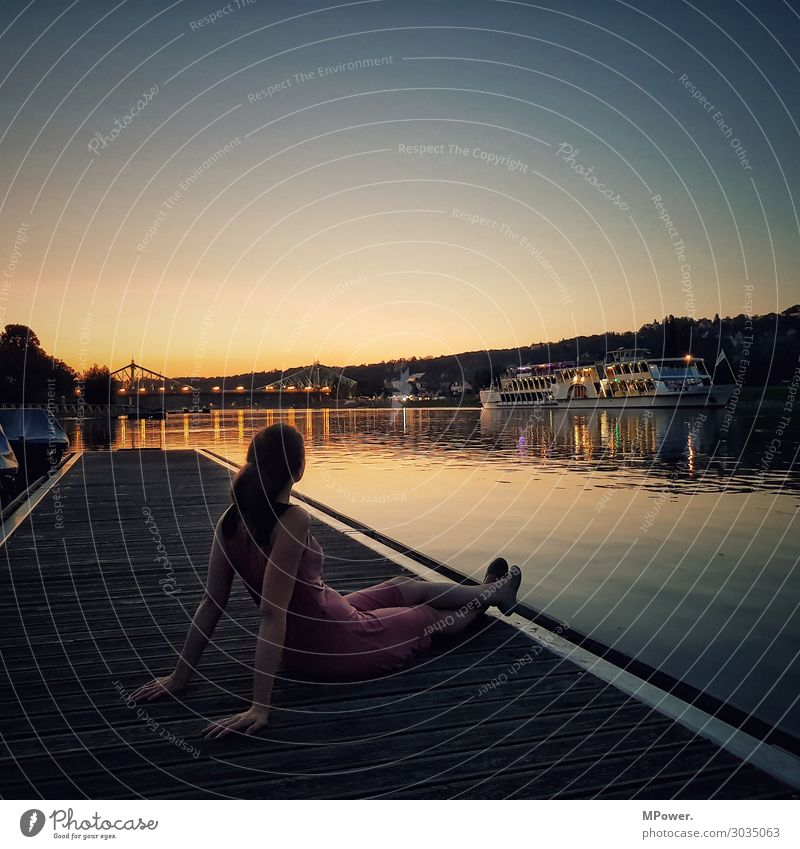ausklang an der elbe Mensch 1 Blick Sonnenuntergang Abenddämmerung Elbe Dampfschiff Blaues Wunder Fluss Wasser Frau Aussicht Romantik Einsamkeit genießen