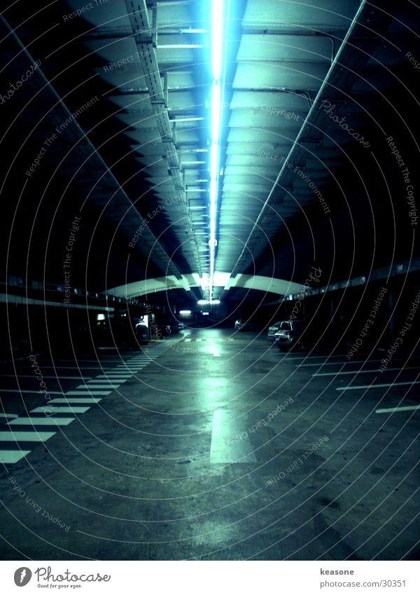 parkin lot Tunnel Parkhaus Licht Neonlicht Seitenstreifen Österreich Langzeitbelichtung PKW Straße Beleuchtung Salzburg http://www.keasone.de