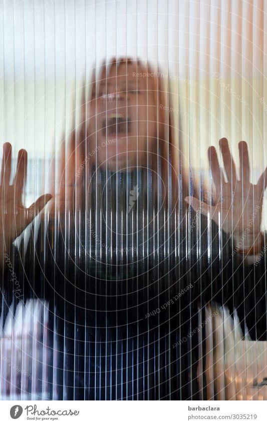 Weltschmerz | der Schrei Frau Erwachsene 1 Mensch Fenster Tür rothaarig langhaarig Glas schreien bedrohlich gruselig Gefühle Stimmung Schmerz Angst gefährlich