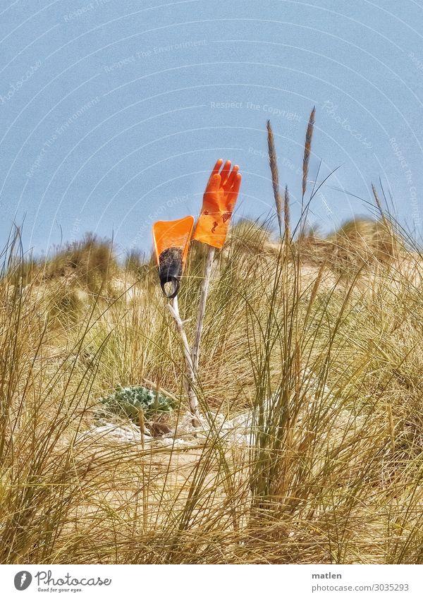 Düne Schönes Wetter Gras Küste heiß blau braun orange Dünengras Handschuhe Schwimmhilfe Farbfoto Außenaufnahme Experiment Textfreiraum links Textfreiraum rechts