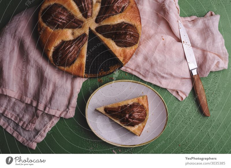 Geschnittener Birnenkuchen auf einem Küchentuch über der Aussicht Lebensmittel Teigwaren Backwaren Dessert Süßwaren Frühstück Mittagessen Teller Feste & Feiern