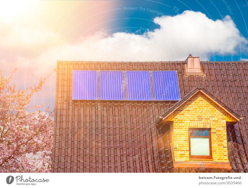 Solaranlage auf einem Einfamilienhaus Solarthermie Haus Dachboden Erneuerbare Energie Sonnenenergie Dorf Kleinstadt Stadt Bauwerk Architektur Schornstein