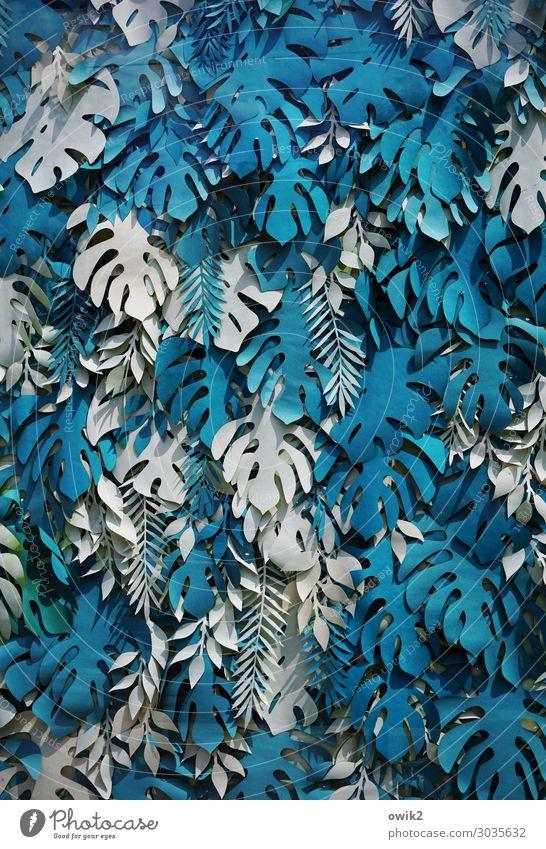 Eingebläut Fensterblätter Blatt exotisch Nachbildung ausgeschnitten Papier viele wild blau türkis weiß Design durcheinander selbstgemacht Anhäufung Sammelsurium