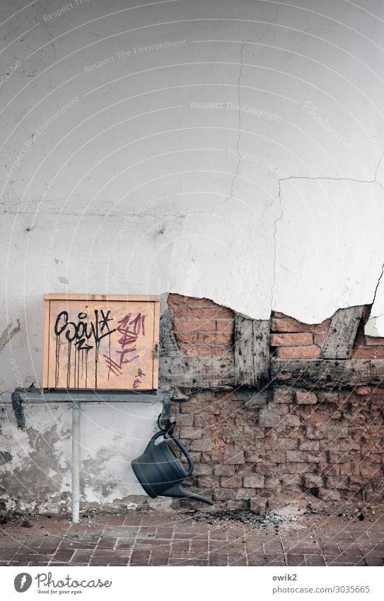 Offengestanden Haus Mauer Wand Fassade Gießkanne Fachwerkfassade Balken hängen alt trashig Verfall Vergänglichkeit Zerstörung Lücke Kasten Metall Graffiti rau