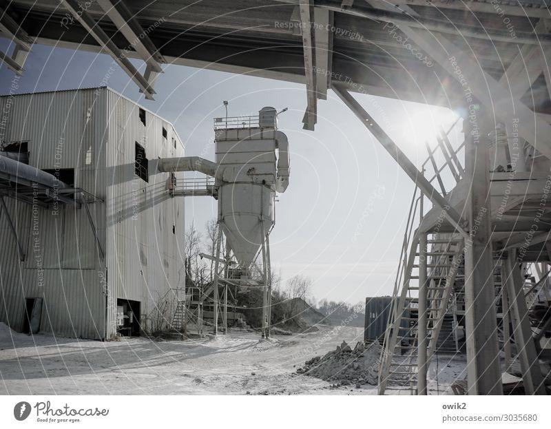 Werkstatt Arbeit & Erwerbstätigkeit Arbeitsplatz Fabrik Baustelle Feierabend Wolkenloser Himmel Sonne Silo Leiter Geländer Wellblech Gestänge Sand Metall