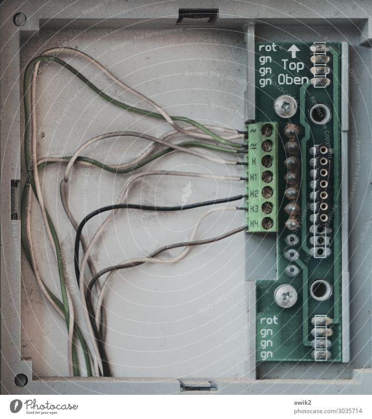 Begrenzte Kapazität Technik & Technologie High-Tech Kontakt Draht Verbindung Metall Kunststoff Zeichen Schriftzeichen Pfeil authentisch Zusammensein grau grün