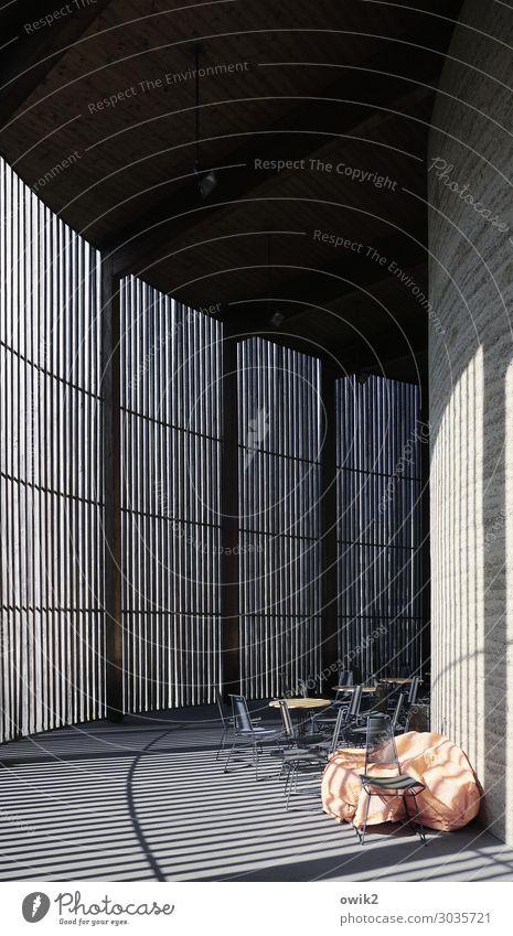 Rundgang Mauer Wand Stuhl Tisch Abdeckung Beton Holz Metall Lichteinfall Linie Ordnung streng Lamelle Sichtschutz verborgen Diskretion Verschwiegenheit Kurve