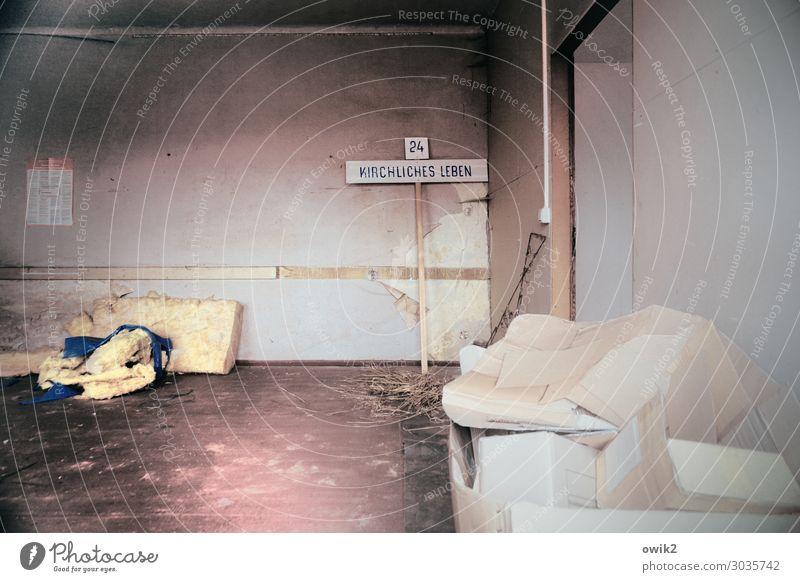 Tristesse Innenarchitektur Wand Mauer Raum Schriftzeichen dreckig trist Schilder & Markierungen Kunststoff trashig Langeweile Karton stagnierend Schlafmatratze