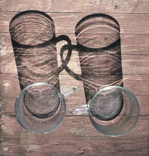 Feste Freunde Teeglas 2 paarweise Treue Zusammensein Freundschaft Tragegriff Tischplatte Holz Glas einfach rund Verbundenheit Farbfoto Außenaufnahme Nahaufnahme