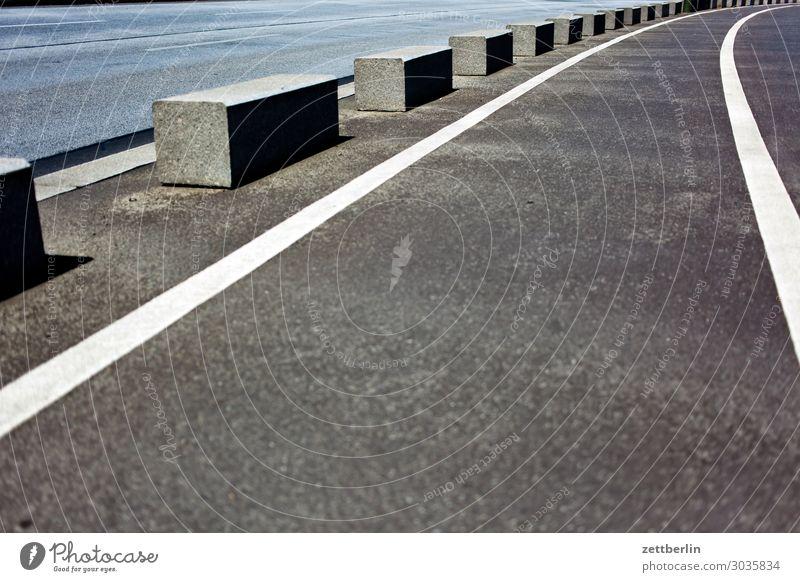 Poller abbiegen Asphalt Autobahn Fahrbahnmarkierung Ecke Am Rand Kurve Linie Schilder & Markierungen Navigation Orientierung Richtung Straße Wege & Pfade