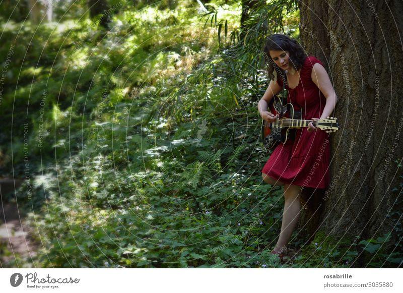 junge Frau im roten Kleid spielt Gitarre im Wald an einen Baum gelehnt | wen die Muse küsst Erholung Freizeit & Hobby Spielen Musik Junge Frau Jugendliche