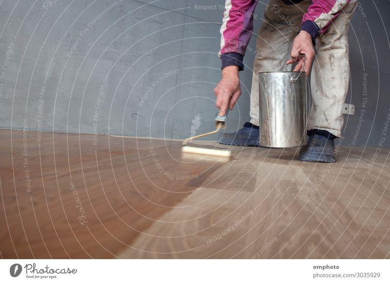 Lackierung eines Eichenparkettbodens durch Arbeiter mit der Farbwalze erste Schicht nach dem Polieren Haus Arbeit & Erwerbstätigkeit Industrie Werkzeug Büchse