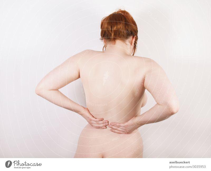 Frau mit Rückenschmerzen Gesundheit Gesundheitswesen Krankheit Massage Junge Frau Jugendliche Erwachsene Körper rothaarig Schmerz kreuzschmerzen volkskrankheit