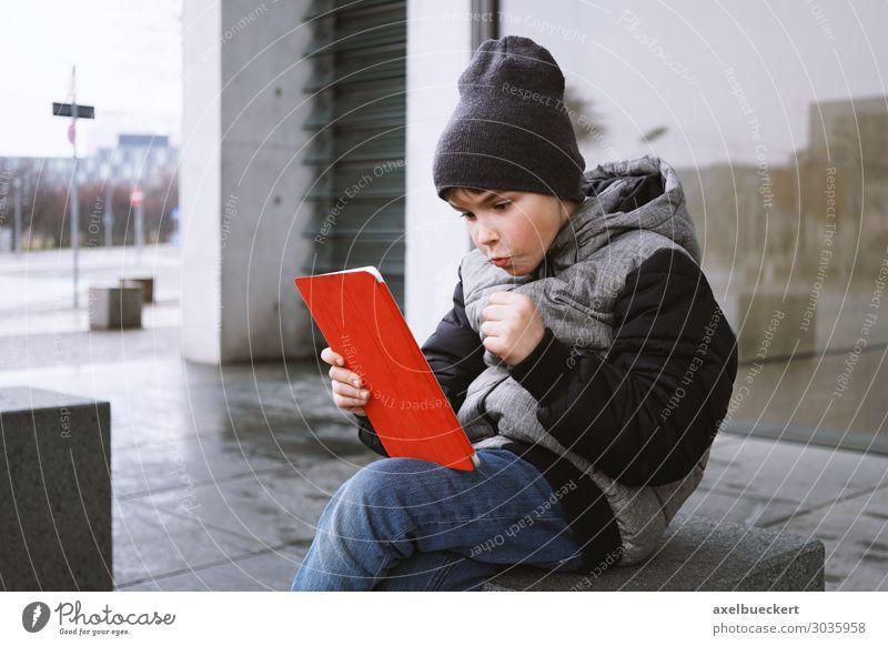 Junge mit Tablet Computer Kind Mensch Stadt Freude Winter Lifestyle lustig Spielen Stadtleben Freizeit & Hobby maskulin Technik & Technologie Kindheit Erfolg