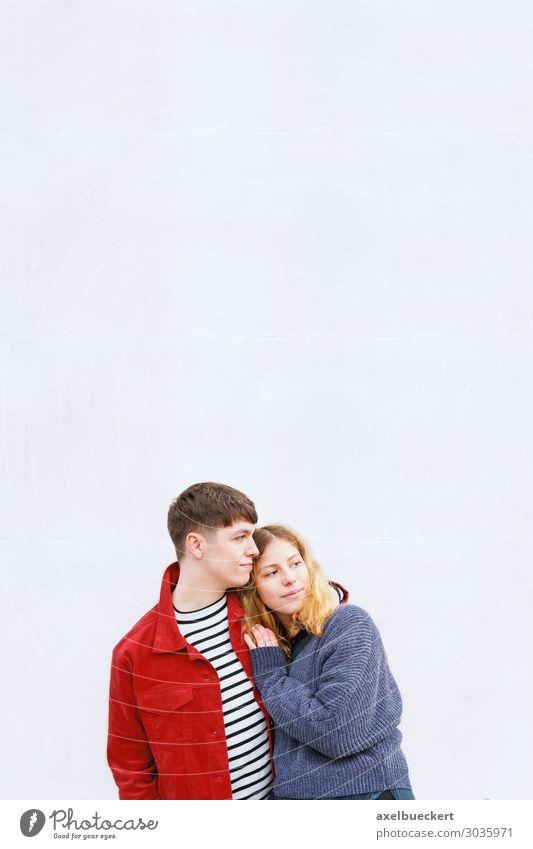 verliebtes junges Paar Jugendliche Liebe Lifestyle Heterosexuelles Paar Freundschaft Mensch Junge Frau Junger Mann Erwachsene 2 18-30 Jahre Mauer Wand Umarmen