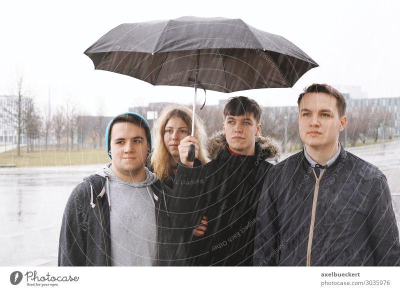 vier Freunde unter einem Regenschirm Lifestyle Freizeit & Hobby Mensch Junge Frau Jugendliche Junger Mann Erwachsene Freundschaft 4 Menschengruppe 13-18 Jahre