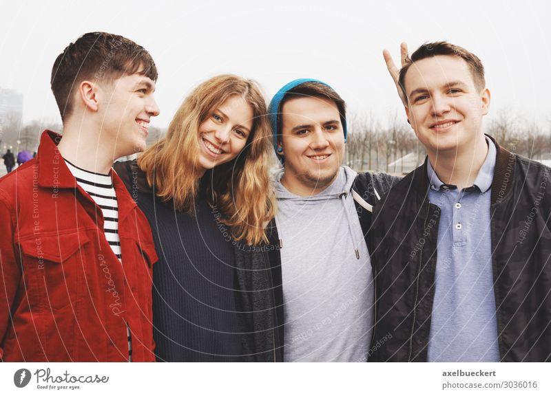 Vier Freunde posieren Arm in Arm Lifestyle Freude Freizeit & Hobby Student Mensch maskulin feminin Junge Frau Jugendliche Junger Mann Erwachsene Freundschaft 4