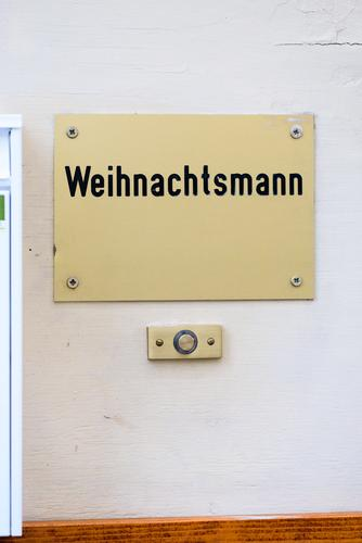 Hier wohnt der Weihnachtsmann Magdeburg Deutschland Europa Stadtzentrum Haus Fassade Schriftzeichen Schilder & Markierungen authentisch gold schwarz weiß