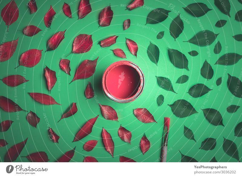 Rot lackierte Blätter auf grünem Grund. Design Glück Kunst Natur Pflanze Herbst Blatt trendy modern rot Farbe Idee Kreativität Surrealismus obere Ansicht