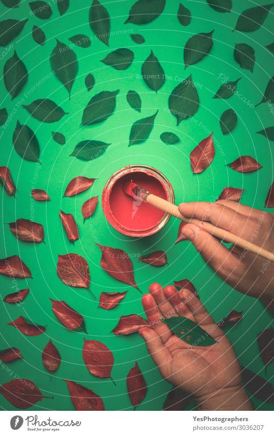 Blätter in Rot mit Bleistift malen Design Glück Kunst Gemälde Natur Pflanze Herbst Blatt hell trendy modern grün rot Farbe Idee Kreativität obere Ansicht