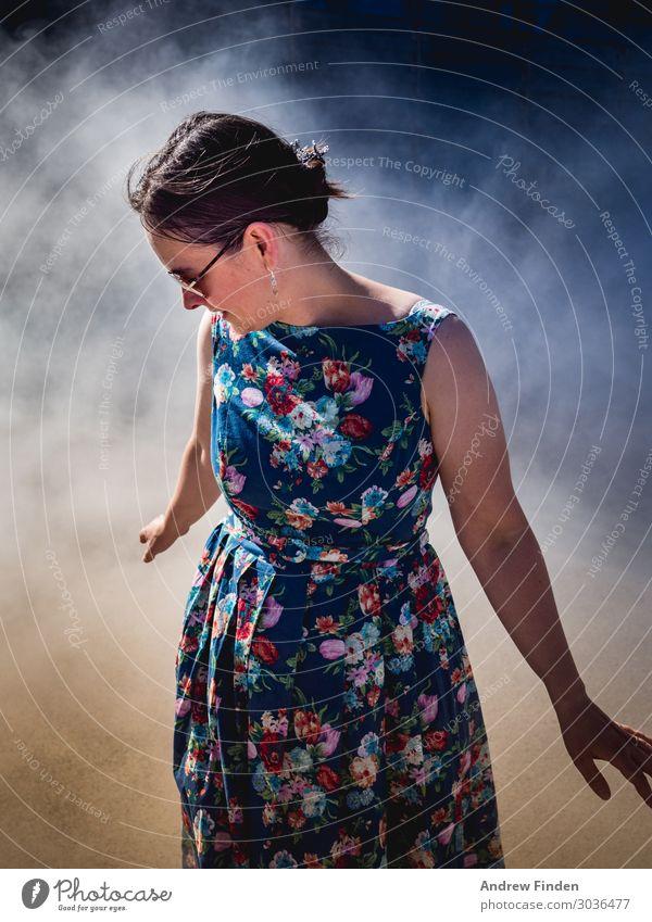 Blumennebel Stil Mensch Junge Frau Jugendliche Erwachsene 1 30-45 Jahre Nebel Kleid elegant Fröhlichkeit schön feminin Freude Lebensfreude Farbfoto