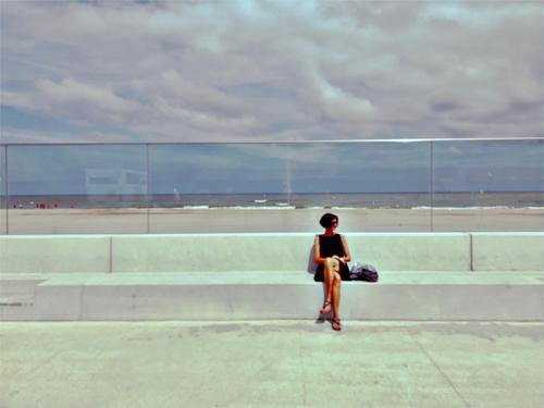 Le promenade Strand Promenade Erholung Pause ausruhend beobachten schick Stil Kleid Dame Frau Mädchen Stand Meer