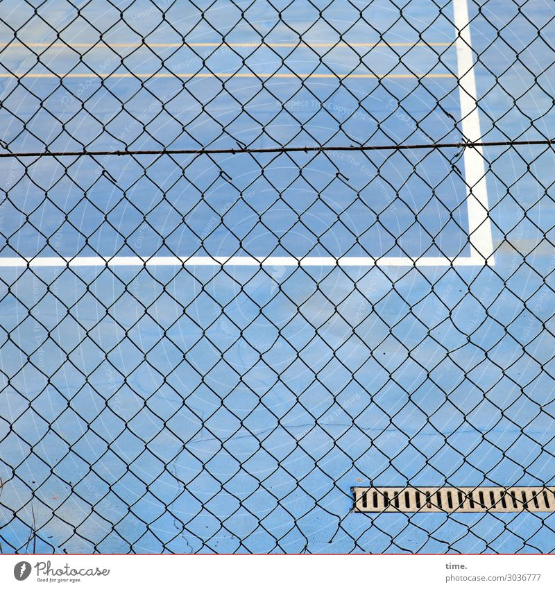 Geschichten vom Zaun (XXI) blau Stadt Einsamkeit Wege & Pfade Linie Ordnung Perspektive Bodenbelag entdecken Schutz Sicherheit Streifen Zusammenhalt Netzwerk