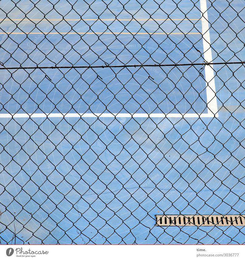 Geschichten vom Zaun (XXI) Sportplatz Spielfeld Spielfeldbegrenzung Sportstätten Gully Netz Maschendraht Maschendrahtzaun Linie Streifen Netzwerk blau