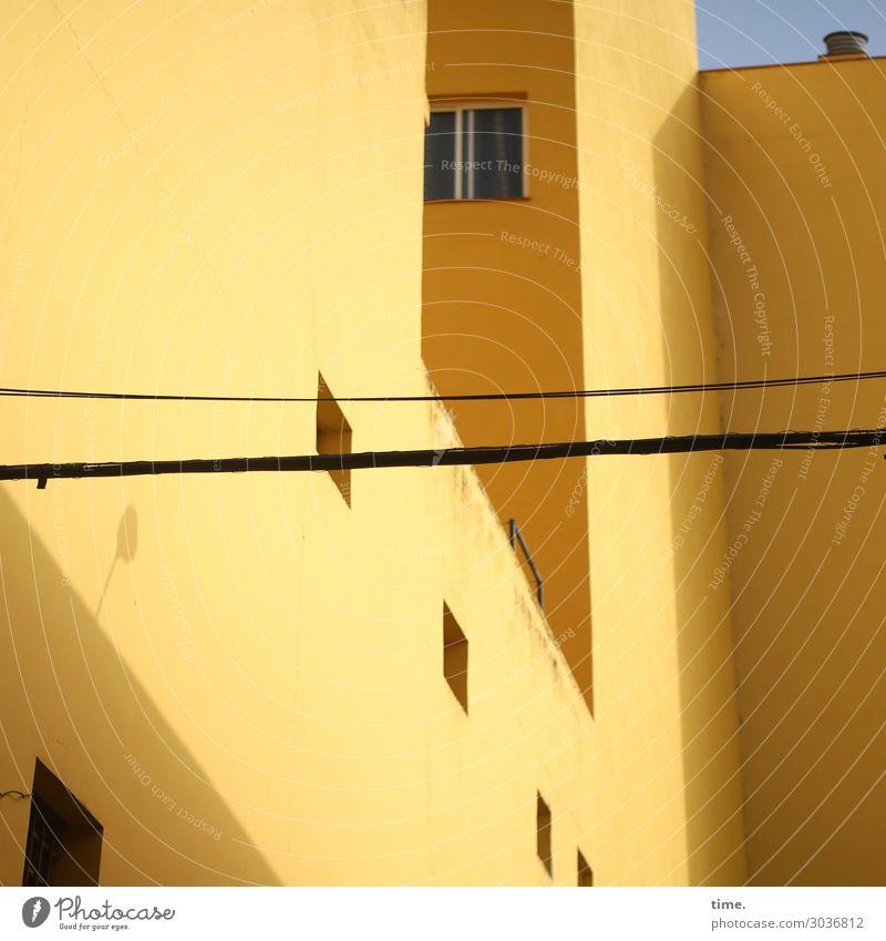 Rausgucker Häusliches Leben Wohnung Energiewirtschaft Stadtzentrum Haus Gebäude Architektur Fenster Dach Innenhof Linie außergewöhnlich eckig gelb standhaft