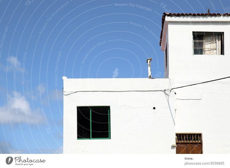 Halbe Tür mit zwei Fenstern Technik & Technologie Energiewirtschaft Himmel Wolken Schönes Wetter Haus Traumhaus Mauer Wand weiß Lebensfreude Optimismus