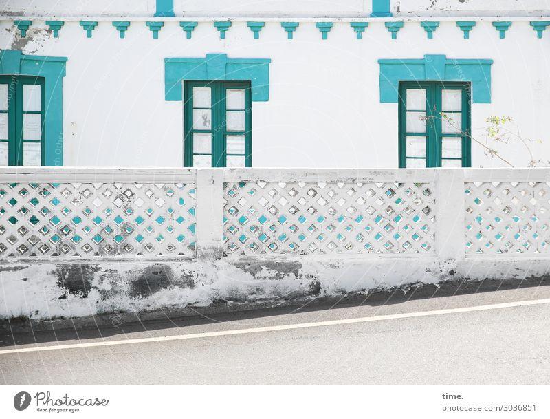 vor dem Abendessen Handbremse nicht vergessen alt weiß Haus Fenster Straße Architektur Wand Mauer außergewöhnlich Felsen Häusliches Leben