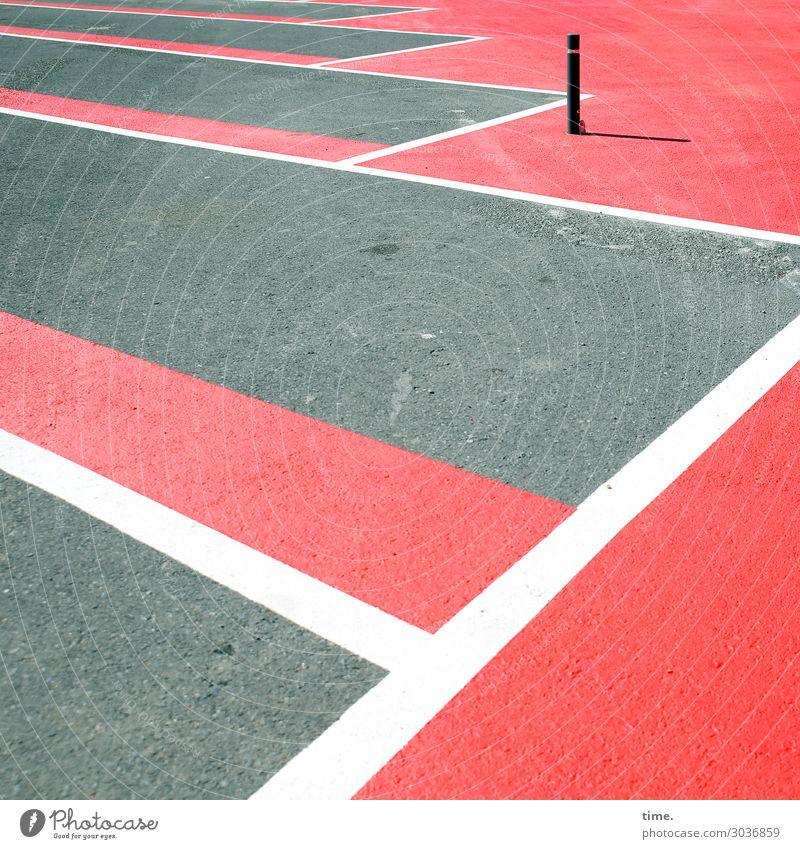 Platzwächter Stadt Farbe rot Einsamkeit Stein Zusammensein grau Stimmung Design Linie Verkehr Schilder & Markierungen Zeichen Schutz Sicherheit Streifen