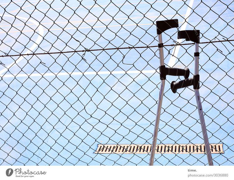 Zaungäste Fitness Sport-Training Ballsport Sportstätten Platz Wasserrinne Gully Maschendrahtzaun Gehhilfe Akzeptanz Sicherheit Hilfsbereitschaft